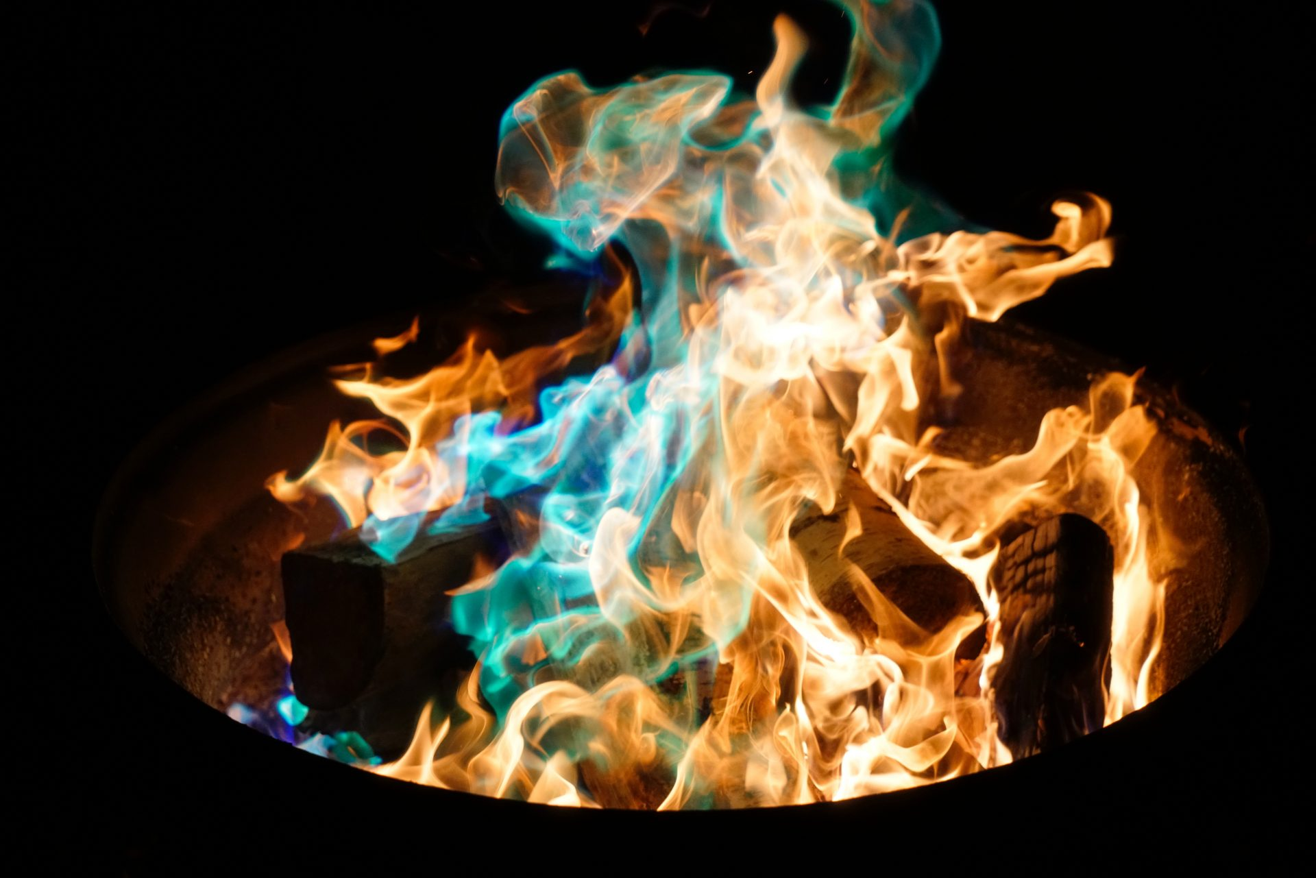 Blue and yellow flammes on a black background